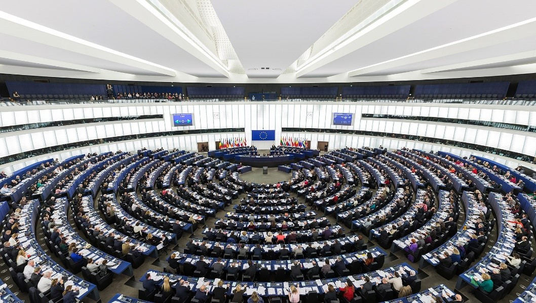 https://pl.wikipedia.org/wiki/Parlament_Europejski#/media/File:European_Parliament_Strasbourg_Hemicycle_-_Diliff.jpg